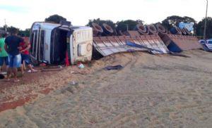Carreta carregada com soja tomba no Nortão e motorista fica ferido (Crédito: Reprodução)
